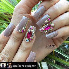 Repost from @rafaartsdesigner using @RepostRegramApp - Nude  www.tatacustomizaçãoecia.com.br Pedrarias para orçamento e compra⬆️… Elegant Nails, Stylish Nails, Trendy Nails, Rhinestone Nails, Bling Nails, Gem Nails, Hair And Nails, Fancy Nails, Cute Nails