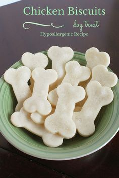 DIY Pets : Chicken Biscuit Homemade Hypoallergenic Dog Treats Looking for a super easy hypoallergenic dog treats recipe that you can make for Fido? Our chicken biscuits only have four gentle ingredients! Puppy Treats, Diy Dog Treats, Homemade Dog Treats, Healthy Dog Treats, Homemade Biscuits, Frozen Dog Treats, Horse Treats, Pumpkin Dog Treats, Healthy Pets