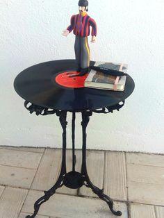 Mesa con las patas de bronce i disco de vinilo. Luniqueblog.com