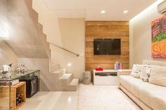 Mini adega em residência de 34 m² feita de vidro e madeira reutilizada. Projeto de Cristiane Bergesch.