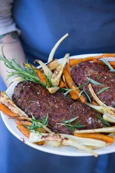 Farsbrød med bagte rødder - nem alt-i-en-ovn aftensmad til den travle børnefamilie - opskrift her: Lchf, Keto, Happy Foods, Steak, My Favorite Things, Recipes, Mushroom, Rezepte, Food Recipes