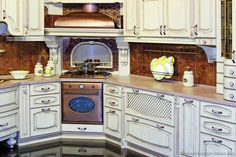 Idea of the Day: Antique White Kitchen Cabinets in an ornate design. Kitchen Oven, Kitchen Hoods, Kitchen Paint, Kitchen Dining, Corner Stove, Antique Kitchen Cabinets, Kitchen Pictures, Kitchen Ideas, U Shaped Kitchen