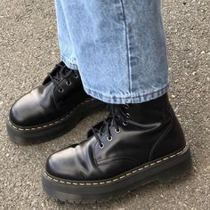 Doc Martens have been in style for almost 60 years, discover what made them so popular. We also discuss how to wear them in style! Dr Shoes, Hype Shoes, Sock Shoes, Me Too Shoes, Oxford Shoes, Sup Girl, Aesthetic Shoes, Aesthetic Grunge, Mode Streetwear