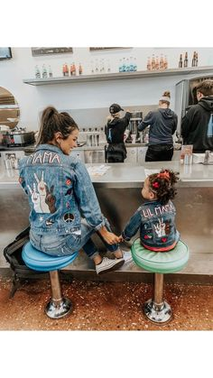 Mommy and me jacket set Denim Fashion, Look Fashion, Fashion Outfits, Modest Fashion, Diy Jeans, Custom Clothes, Diy Clothes, Denim Kunst, Denim Jacket Patches