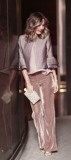 Mpnochrpme Blush/Mauve, combining velvet and satin textures Blush top+blush velvet pants+golden pep toed heels+blush metallized jacket+golden clutch. Look Fashion, Winter Fashion, Fashion Outfits, Womens Fashion, Silvester Outfit, New Years Eve Outfits, Velvet Pants, Velvet Jacket, Velvet Fashion