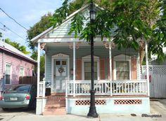 Key West est un incontournable pour qui voyage en Floride. Plus proche de Cuba que de Miami, l'île est le point le plus au Sud de l'État du soleil et des États-Unis. Et il est vrai que l'on se sent en vacances dans ses rues qui dégagent un esprit bien...