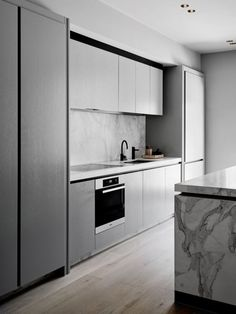 Modern Kitchen Interior Flack Studio More - A stunning modern design for this Victorian terrace house in Melbourne. I have featured this home previously, but more rooms have since been transformed. The kitchen is a minimalist dream, all smooth Modern Grey Kitchen, Light Grey Kitchens, Classic Kitchen, Modern Kitchen Cabinets, Minimalist Kitchen, Modern Kitchen Design, Interior Design Kitchen, Modern Interior Design, Kitchen Decor