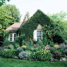 Un cottage noyé dans la verdure.