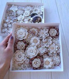 Learn the Tunisian Crochet Smock Stitch 7 items crochet flowers PATTERNS Knitted Flowers Free, Crochet Puff Flower, Crochet Flower Patterns, Crochet Stitches Patterns, Love Crochet, Irish Crochet, Beautiful Crochet, Crochet Designs, Easy Crochet
