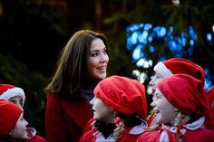"""La plus """"Noël""""   Plutôt sympathique le programme de la princesse Mary ce dimanche 29 novembre. La belle-fille australienne de la reine Margrethe II de Danemark avait rendez-vous avec le Père Noël et ses petits lutins."""