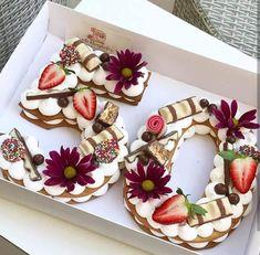 Está surgindo uma nova tendência para decorar bolos de aniversário. Essa tendência consiste em criar um bolo com os moldes dos números dos anos do aniversa