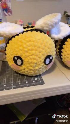 Crochet Bee, Kawaii Crochet, Cute Crochet, Diy Crochet Projects, Crochet Crafts, Yarn Crafts, Diy Crafts Hacks, Diy Home Crafts, Cute Crafts