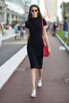 Street Style: Milan Fashion Week Spring 2014 – Harper's Bazaar Street Style: Milan Fashion Week Spring 2014 Get inspired by these warm weather street style looks. Fashion Over 40, Look Fashion, Trendy Fashion, Korean Fashion, Fashion Outfits, Sneakers Fashion, Dress Fashion, Sneakers Style, Dress Outfits