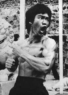 Bruce Lee artista marcial, actor y filósofo de origen chino, catalogado como el más famoso del siglo XX por la perfección que logró en el desarrollo del kung fu y responsable de la apertura de las artes marciales chinas a Occidente.