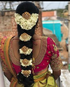 Saree Hairstyles, Classy Hairstyles, Braided Bun Hairstyles, Bridal Hairstyle For Reception, New Bridal Hairstyle, Traditional Hairstyle, Traditional Outfits, Flower Jewelry, Gold Jewelry