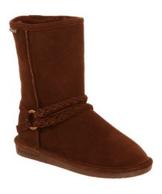 Spoil feet with a pair of super-soft boots perfect for cool mornings or when those toes need some tender loving care. The chic and stylish suede exterior is complemented by a sheepskin lining that wicks away moisture so that they can be worn in any season.