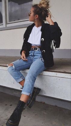30 Fall Street Style Outfits To Try Right Now, Winter Outfits, how to wear a black tassel jacket : white top jeans boots Street Style Outfits, Mode Outfits, Jean Outfits, Winter Outfits, Casual Outfits, Fashion Outfits, Simple Edgy Outfits, Cute Jean Jacket Outfits, Street Style Edgy
