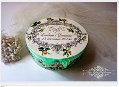 Wszystkiego najlepszego na nowej drodze życia :) Pudełko na prezent ślubny w pistacjowych zieleniach i bieli - Decoupage.