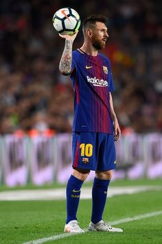 Barcelona's Argentinian forward Lionel Messi prepares to pass the ball during the Spanish league football match FC Barcelona vs Malaga CF at the Camp Nou stadium in Barcelona on October 21, 2017. / AFP PHOTO / Josep LAGO