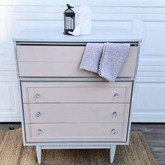Peindre un meuble en bois avec de la peinture à la craie   Colorantic Dresser, Furniture, Home Decor, Old Furniture Painted, Chalk Painting, Glass Garden, Vintage Paintings, Powder Room, Decoration Home