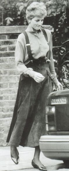 December Princess Diana Looking Fashionably Casual In A Swirling Suede Skirt With Braces Over A Checked Skirt Dropped Prince William off at the school. Princess Diana Photos, Princes Diana, Norfolk, Diana Fashion, 1987 Fashion, Charles And Diana, Lady Diana Spencer, Spencer Family, Royal Princess