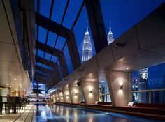 Visitors to the Traders Hotel Kuala Lumpur will get to enjoy a conveniently central location. The property sits directly across from the famous Petronas Twin Towers, but is also within the city center too Traders Hotel Kuala Lumpur, Kuala Lumpur City, Shangri La, Hotels And Resorts, Best Hotels, Top Hotels, Rooftop Bar Bangkok, Safari, Petronas Towers