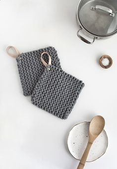 How to knit a pot holder with a leather handle. Topflappen DIY Knit Potholders - Homey Oh My Diy Holiday Gifts, Diy Gifts, Christmas Diy, Crochet Projects, Sewing Projects, Diy Projects, Photo Projects, Yarn Crafts, Leather Handle