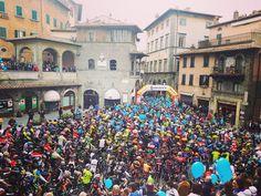 Oggi all'attesissimo evento Rampichiana hanno partecipato 1450 bikers...la partenza era proprio la centralissima piazza repubblica! Today at the event Rampichiana there were 1450 bikers...the start was right in heart of Cortona: Piazza Repubblica! #hotelitaliacortona #picoftheday #cortona #rampichiana #mountainbike #bikelovers