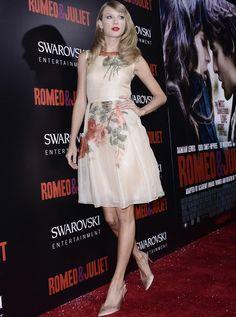 Taylor Swift con vestido de la colección primavera 2010 de Reem Acra, nude con estampado floral.