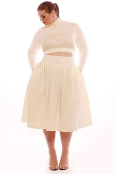 Curvy and cropped. A high waisted full skirt is a great way to stay on trend and beautifully curvy. Curvy Girl Fashion, Look Fashion, Plus Size Fashion, Fashion Edgy, White Fashion, Fashion News, Fashion Women, Look Plus Size, Plus Size Women