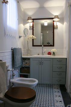 ideas baño: azulejo hidraulico, alicatado solo hasta la mitad de la pared y gardenia