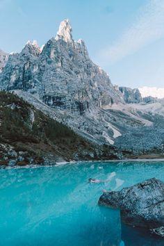 Wandern: Der Lago di Sorapis in Südtirol - LIEBREIZEND South Tyrol, Roadtrip, Oh The Places You'll Go, Mount Everest, Paths, Beautiful Homes, Travel Destinations, Surfing, Wanderlust