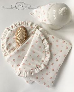 Tuto de la trousse matelassée - Sous le figuier - Fabrics Cute Sewing Projects, Sewing Projects For Beginners, Sewing Tutorials, Sewing Crafts, Baby Couture, Couture Sewing, Vintage Flower Prints, Diy Resin Crafts, Sewing Accessories