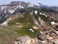 東天狗岳山頂から硫黄岳、赤岳方面の八ヶ岳主稜線を望む。天狗岳 西尾根 八ヶ岳登山ルートガイド。Japan Alps mountain climbing route guide