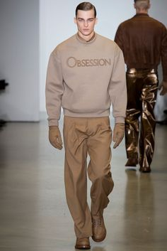 Italo Zucchelli presented his Fall/Winter 2014 collection for Calvin Klein during Milan Fashion Week, featuring military-inspired looks and the Calvin Klein fragrance names Eternity, Obsession and Escape on oversized sweatshirts. Grunge Outfits, 90s Fashion Grunge, Vogue Editorial, Winona Ryder, Perry Ellis, Fashion Show, Mens Fashion, Fashion Outfits, Fashion Design