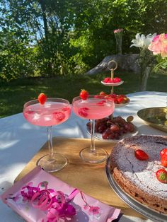 Picnic Drinks, Alcoholic Drinks, Cocktails, Strawberry Summer, Garden Roses, Table Decorations, Flowers, Cake, Food