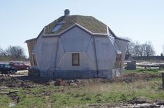Echoing the structures of Buckminster Fuller's Geodesic Domes, Danish Architect Kári Thomsen and Engineer Ole Vanggaard have created Easy Domes, a series of quick assembly, low-energy homes! Following the success of the first Easy Dome home built in 1992