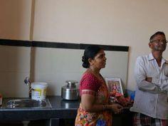 Esta pareja de ancianos, Hari Bhau Shitole y Savita Hari Shitole, lleva 35 años viviendo en Dharavi.... - Proporcionado por Prisa Noticias