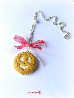 Voici un ravissant et gourmand collier composé d'un gourmand biscuit polymère modelé main,et souligné d'une perle de bohème blanche opaque,à reflets.
