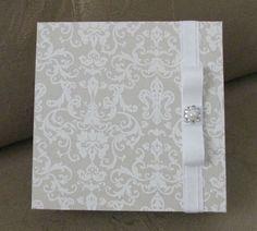 Caixinhas em mdf para convidar daminhas, pajens e avós. Pode ser usada como lembrancinha de casamento, caixa convite, presente. Fazemos no padrão e na cor de sua escolha. Tamanho aproximado 15cm X 15cm