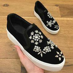 Customização Embellished Shoes, Rhinestone Shoes, Shoes Sneakers, Slip On Sneakers, Shoes Sandals, Decorated Shoes, Diy Clothes, Grey Boots, Shoes Style