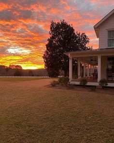 Country Life, Country Living, Modern Farmhouse Design, Farm Photo, Mansions Homes, Deciduous Trees, Beautiful Sunrise, Farm Life, Exterior Design
