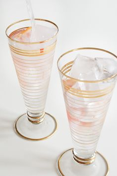 Grapefruit Gin & Tonic - a classic British cocktail with fruity, floral twist. Grapefruit Gin And Tonic, Grapefruit Recipes, Liquid Measuring Cup, Cocktails, Drinks, Bartender, Summer 2016, Happy Hour, Party Time