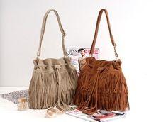 Bolso cuero con flecos, disponible en color cuero y beige. Precio 14.40€ Enlace oferta: http://www.chinadirecto.com/sasproduct/bolso-cuero/