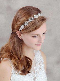 Idee acconciature da sposa con la tiara - Acconciatura semiraccolta con tiara