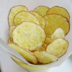 My daughter has been requesting that we try making our own potato chips for quite some time. It has taken me a while to fulfill her request because I was reluctant to fry thinly sliced potatoes in . Clean Recipes, Gourmet Recipes, Cooking Recipes, Vegan Snacks, Healthy Snacks, Healthy Recipes, Salad Recipes, Microwave Potato Chips, Patatas Chips