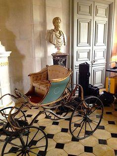 Marie Antoinette's Playhouse:Antiques at Champ de Bataille.-  Entrée d'honneur et le grand escalier: des bustes antiques d'empereurs romains.