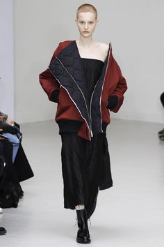 Yang Li Fall 2016 Ready-to-Wear Collection Photos - Vogue Fashion Details, Love Fashion, Runway Fashion, High Fashion, Fashion Show, Fashion Design, Paris Fashion, Non Plus Ultra, Jacquemus