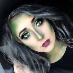 Are you looking for inspiration for your Halloween make-up? Browse around this site for creepy Halloween makeup looks. Looks Halloween, Halloween Makeup Witch, Wicked Witch Costume, Halloween Zombie, Halloween 2018, Halloween Witch Costumes, Simple Halloween Makeup, Devil Costume, Ghost Costumes