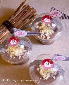 Hausgemachter Schokopudding mit weißer Raspelschokolade in Smoothie Bechern und Partyaufkleberset Piraten by kukuwaja   http://de.dawanda.com/shop/kukuwaja-shop